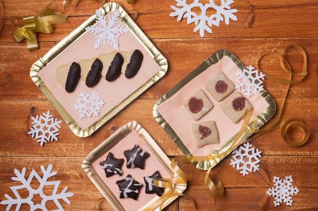 Vassoi con deliziosi biscotti sul tavolo