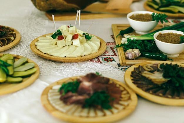 Vassoi in legno con snack stanno sul tavolo bianco