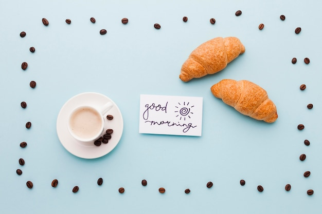 Vassoio a forma di chicchi di caffè con colazione