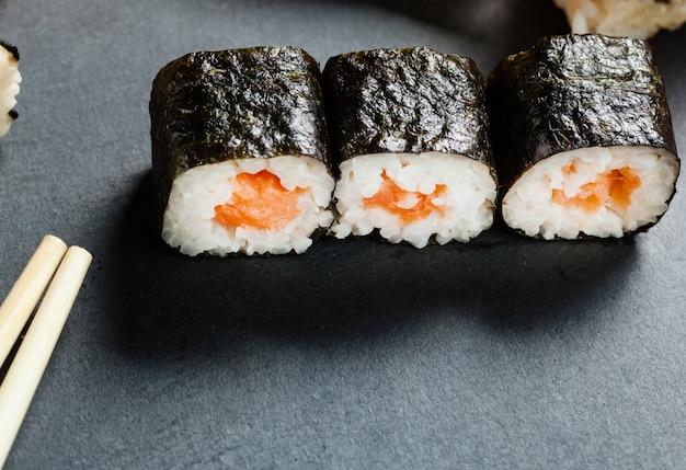 Vassoio ardesia di sushi assortito