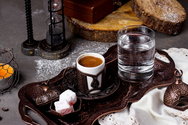 Vassoio con acqua calda di caffè turco e lokum