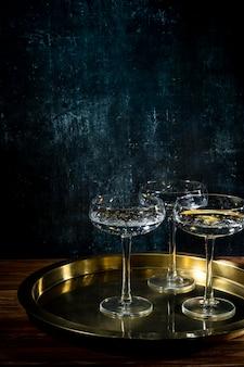 Vassoio con bicchieri di champagne