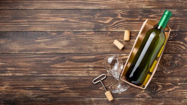 Vassoio con bottiglia di vino e tappi a lato