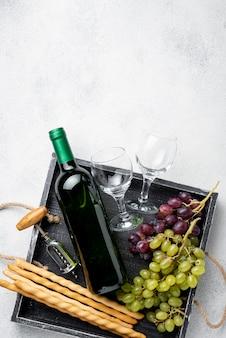 Vassoio con bottiglie di vino e copia-spazio