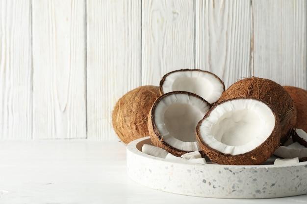 Vassoio con la noce di cocco sulla tavola di legno. frutta tropicale