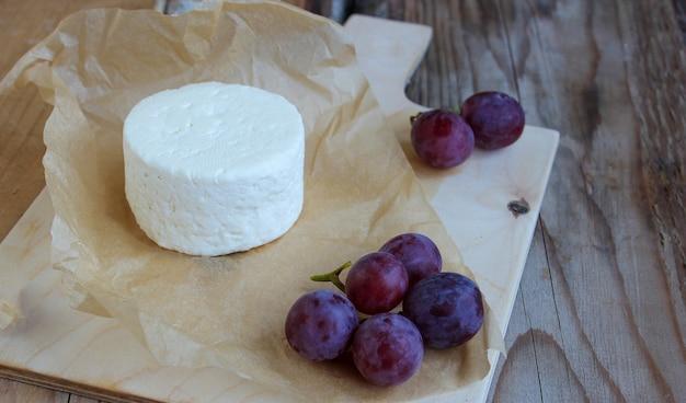 Vassoio crudo del formaggio su fondo rustico, vista superiore