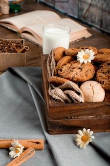 Vassoio del biscotto su una tovaglia blu con un libro