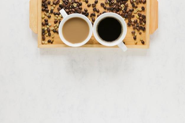 Vassoio di legno con lo spazio della copia e del caffè