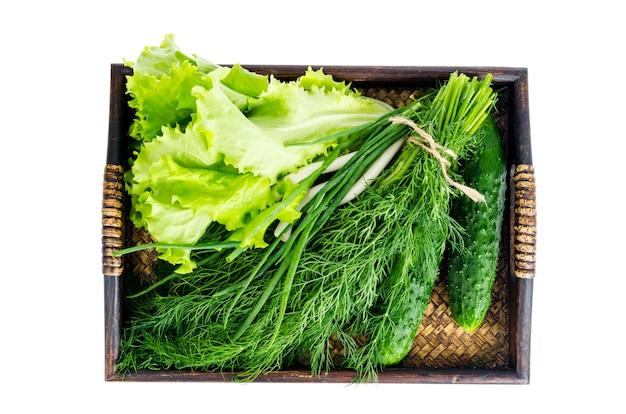 Vassoio in legno con verdure fresche bio. foto