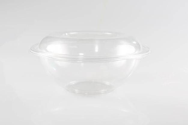 Vassoio in plastica bianca vuota con contenitore, coperchio isolato in plastica di polistirolo alimentare