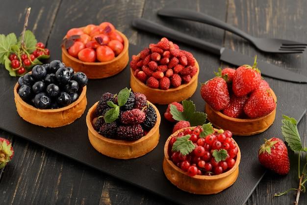 Vassoio per dessert con tortino di frutta e bacche assortito.