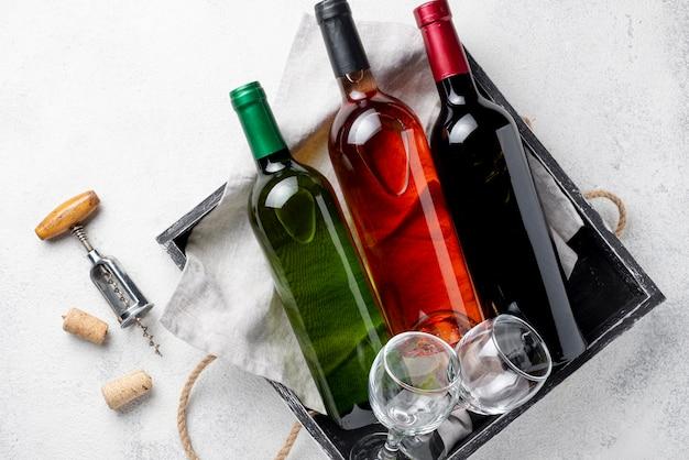 Vassoio vista dall'alto con bottiglie di vino