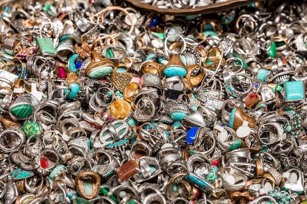 Vecchi anelli sul mercato delle pulci di gerusalemme