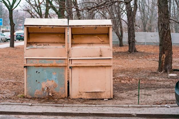 Vecchi contenitori della spazzatura del metallo nel parco, bidoni della spazzatura
