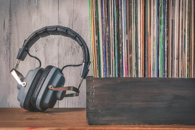 Vecchi dischi e cuffie in vinile