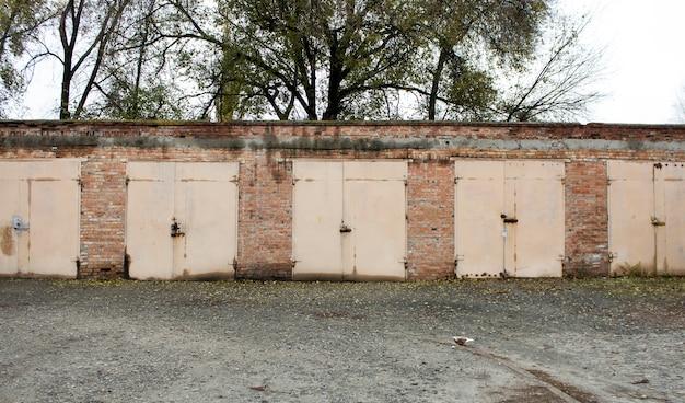 Vecchi garage abbandonati