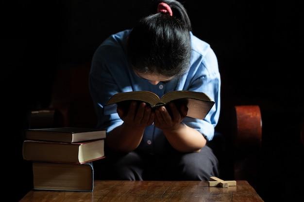 Vecchi incrocio e bibbia di chiesa su legno