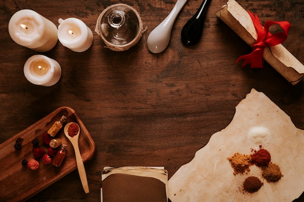Vecchi ingredienti e candele sul tavolo