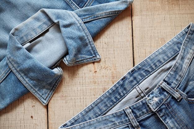 Vecchi jeans su legno.