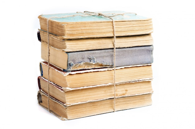 Vecchi libri con copertine stropicciate e strappate.