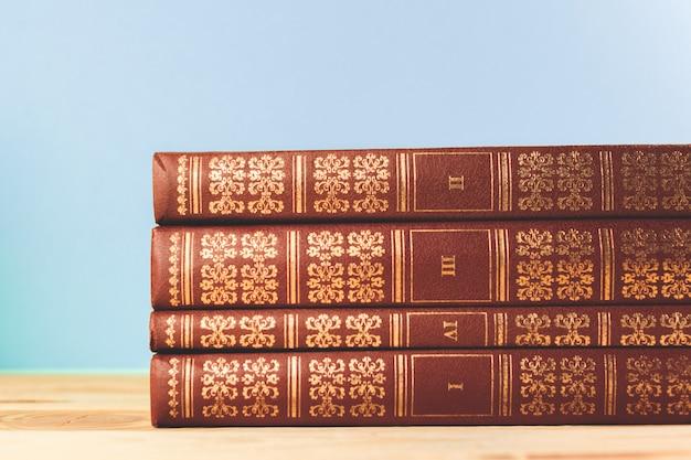 Vecchi libri d'annata sulla tavola di legno della piattaforma
