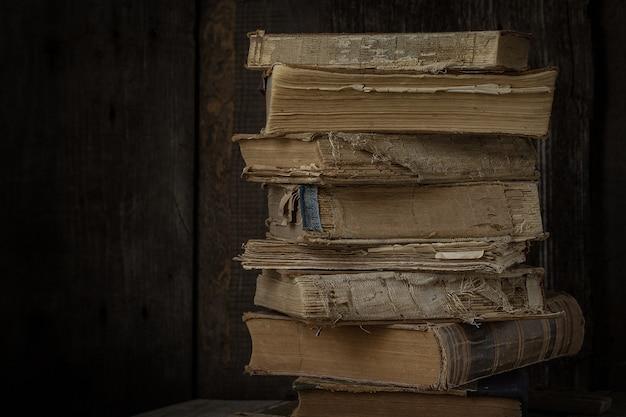 Vecchi libri d'annata sullo scrittorio di legno. stile retrò