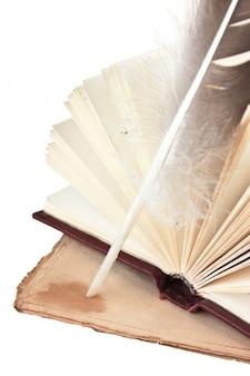 Vecchi libri e penna isolato su sfondo bianco