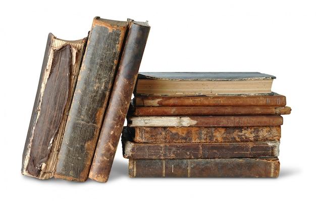 Vecchi libri in pila isolata sopra bianco