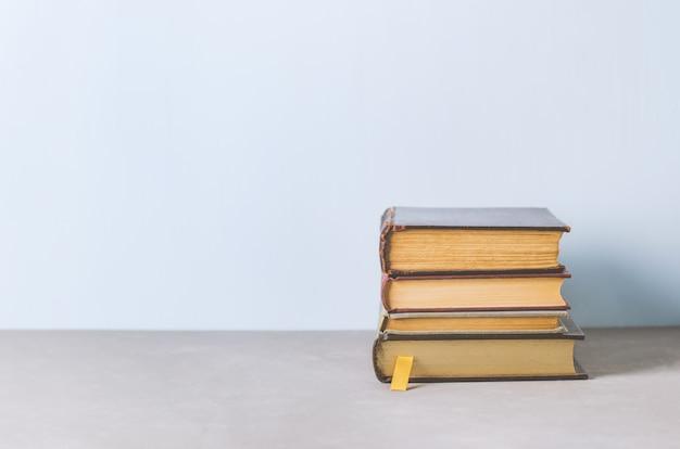 Vecchi libri su fondo in legno con tono vintage