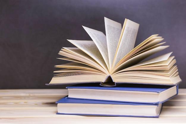 Vecchi libri sullo scaffale di legno.