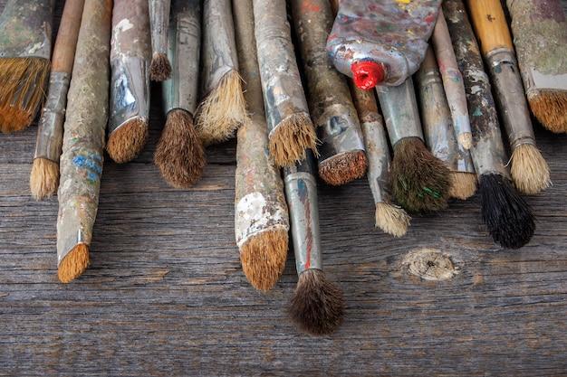 Vecchi pennelli e tubo con vernice