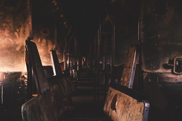 Vecchi relitti del treno che erano rimasti in attesa di riparazioni