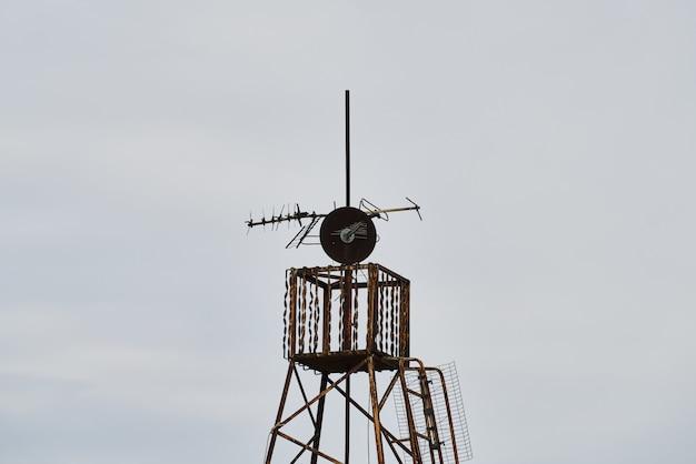 Vecchi satellite e cielo arrugginiti della tv