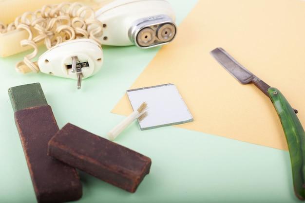 Vecchi strumenti di rasatura, primo piano del rasoio vintage retrò