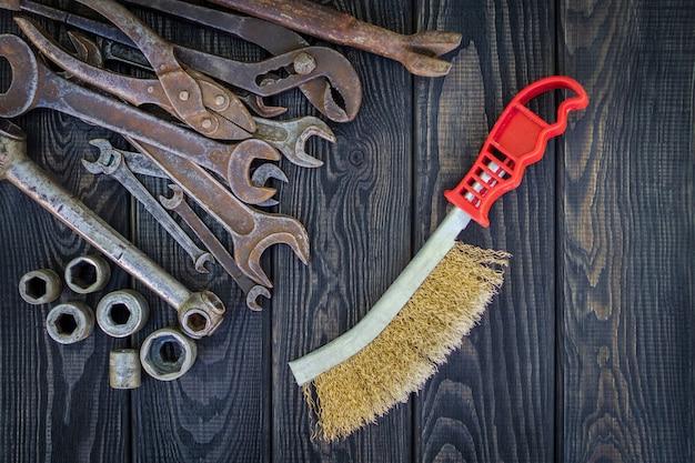 Vecchi strumenti su fondo di legno d'annata nero