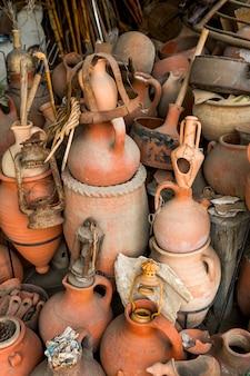 Vecchi utensili per la casa in terracotta