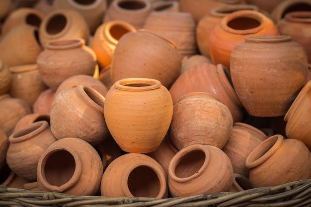 Vecchi vasi di argilla fatti a mano delle terraglie a bangkok, tailandia
