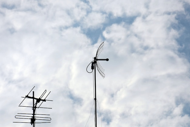Vecchia antenna di televisioni in urbano