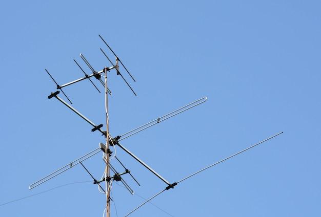 Vecchia antenna di televisori su cielo blu