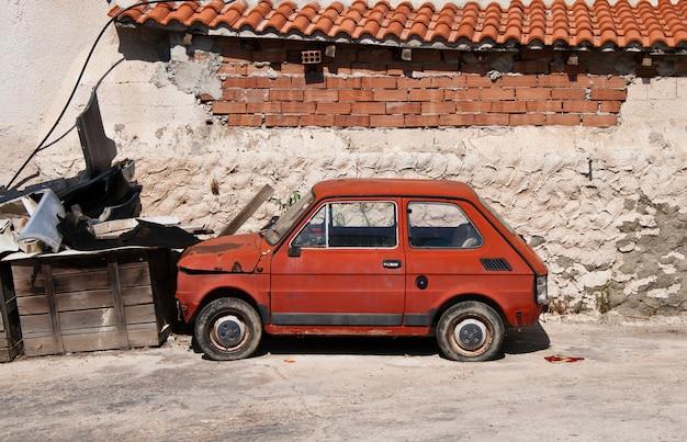 Vecchia automobile abbandonata europea