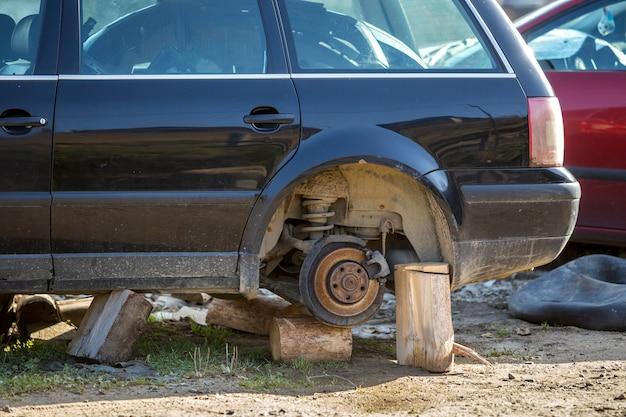 Vecchia automobile spazzatura rotta arrugginita abbandonata