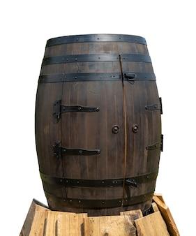 Vecchia botte di legno con cerchi di ferro.