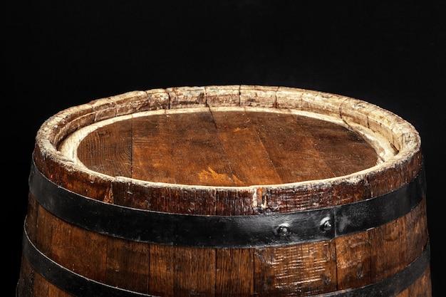 Vecchia botte di legno su uno sfondo scuro