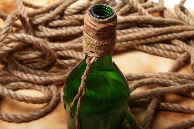 Vecchia bottiglia e corda