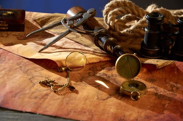 Vecchia bussola e lente d'ingrandimento che si trovano sulla mappa