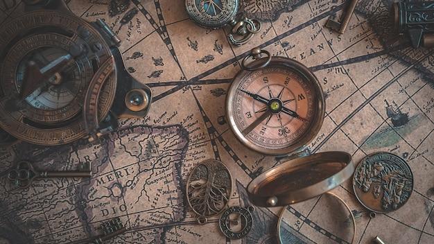 Vecchia bussola marittima nautica sulla mappa di mondo