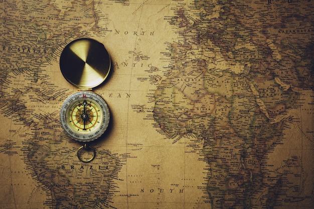 Vecchia bussola sulla mappa antica.