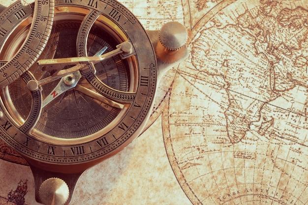 Vecchia bussola sulla mappa antica