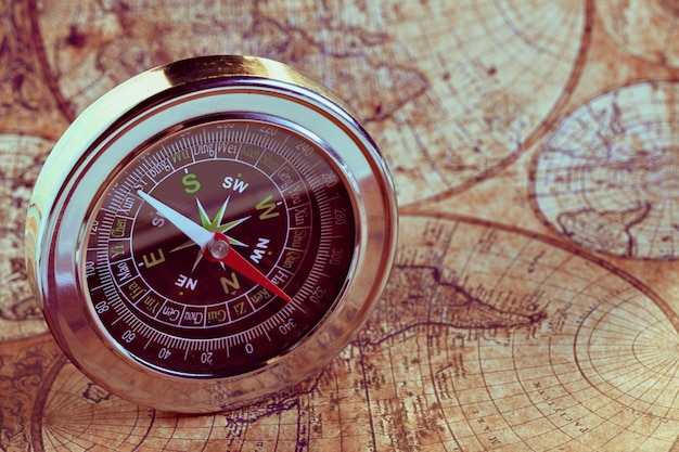 Vecchia bussola sulla mappa vintage