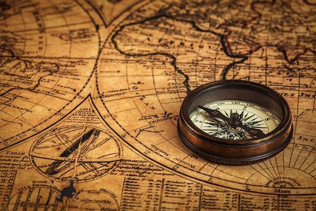 Vecchia bussola vintage sulla mappa antica